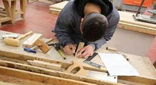 Educación Informal, un carpintero que pudo haber aprendido el oficio fuera del aula