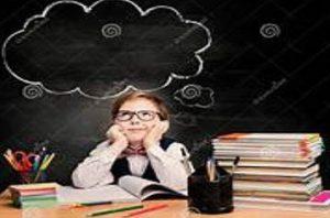 Niña soñando en su escritorio sobre la Educación