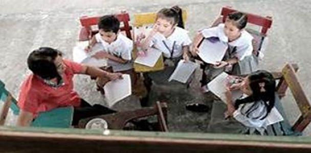 Maestra dando clases en un ambiente de Educación No formal