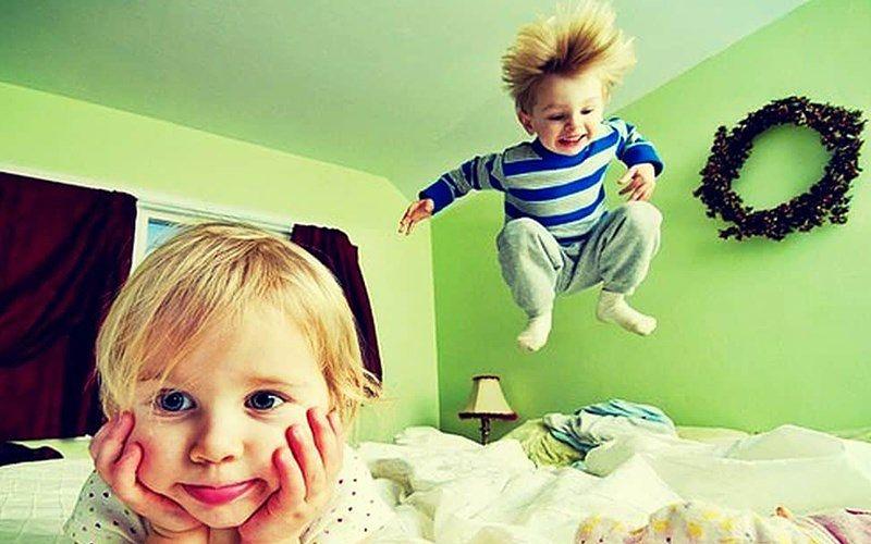 niños-muy-inquietos-brincando-en-la-cama