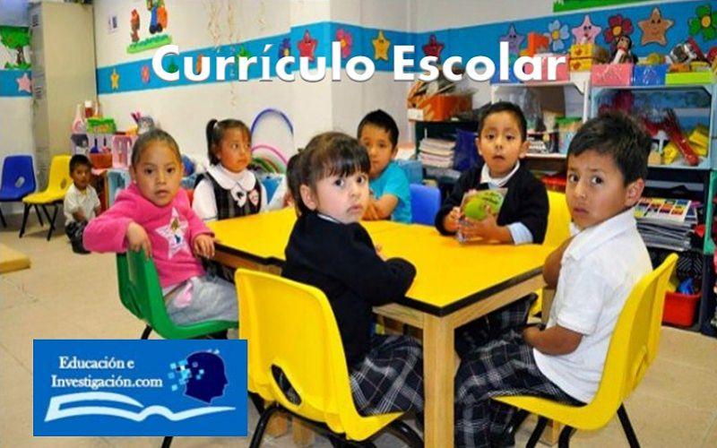 currículo escolar, niños sentados en un ambiente de estudio.