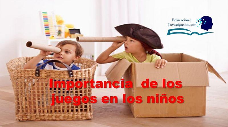 Importancia de los juegos en los niños, dos niños con tubos de cartón y cajas jugando a piratas en el Mar