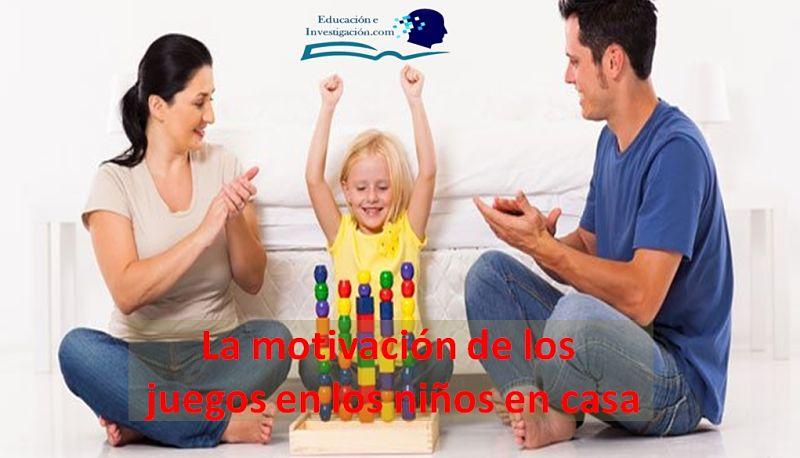La motivación de los juegos en los niños en casa, vemos dos padres felices motivando a jugar a su hija que está contenta